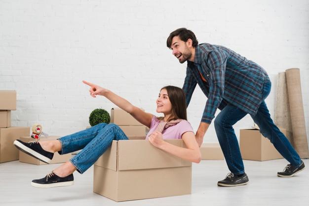 feliz pareja divierte cajas carton casa nueva 23 2148095521