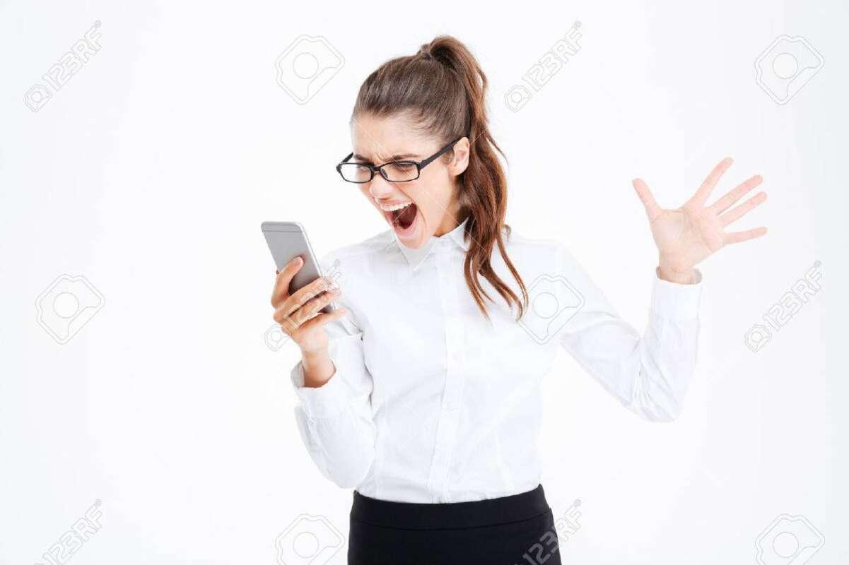 59940492 mujer de negocios joven histérica molesto en copas hablando por teléfono celular y gritando sobre fondo