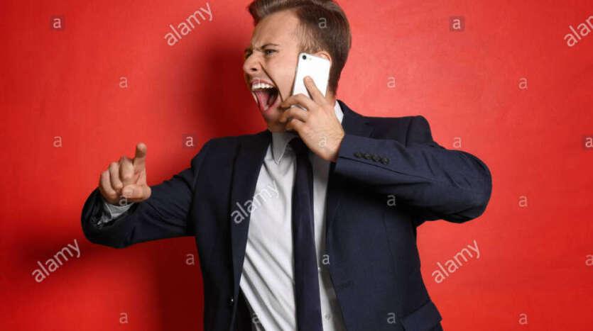 retrato del joven empresario agresivo con telefono movil sobre fondo de color t9d197