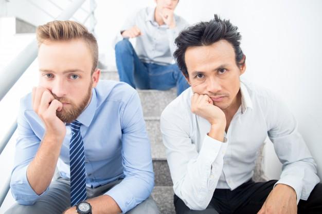 tres hombres negocios aburridos sentado escaleras 1262 5903