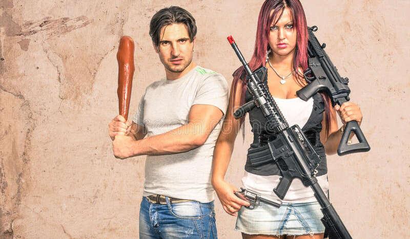 hombre primitivo y mujer moderna con las armas pares divertidos 38034213