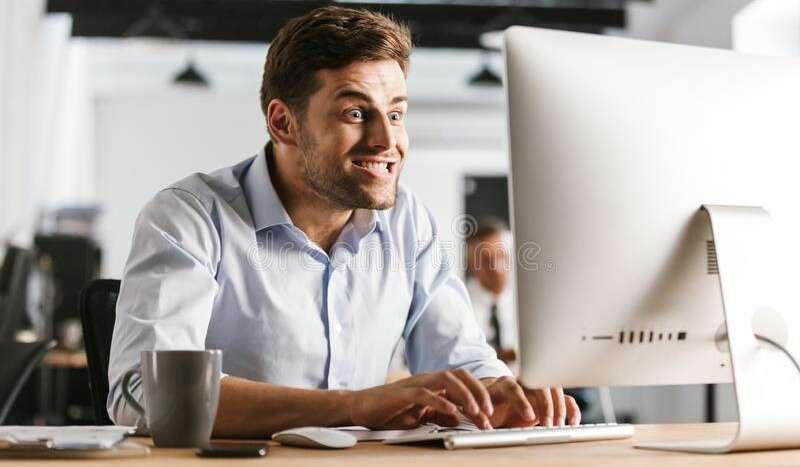 imagen del hombre de los asuntos divertidos que usa el ordenador 127289578